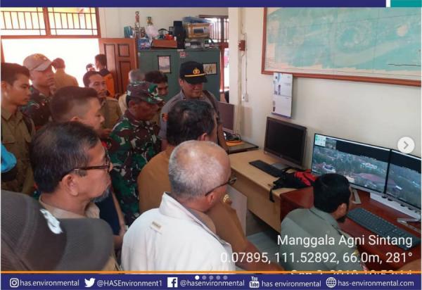 Proses pemasangan alat pendeteksi dini kebakaran hutan di Sintang